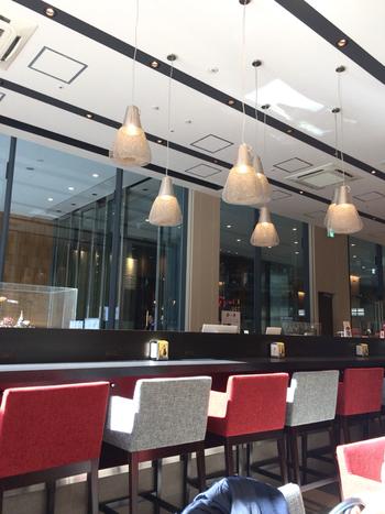 JR東京駅から徒歩1分の「KITTE」1階にある「Mary's cafe(メリーズ カフェ)」。チョコレートで有名な「メリー」が、ミシュランガイドで1つ星のレストランとコラボレーションしたカフェで、おしゃれなインテリアが素敵です。