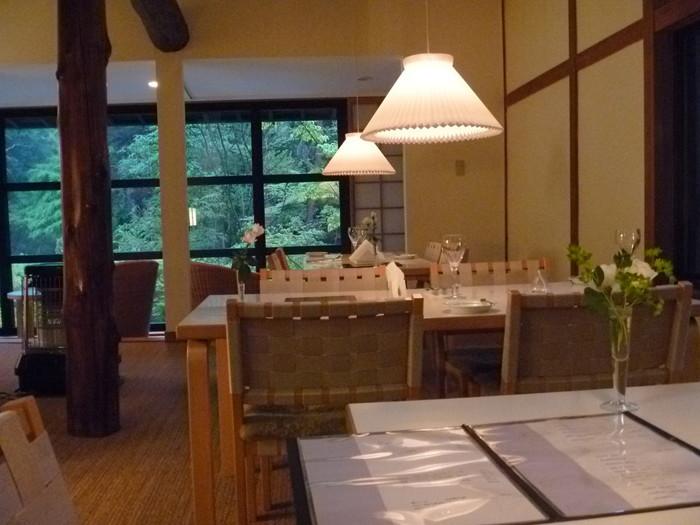 「森の中」での食事が楽しめるレストラン。シンプルであたたかみのある北欧テイストのインテリアでまとめられ、自然と一体になった空間です。
