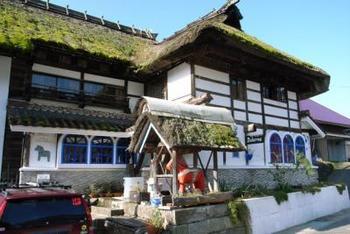 """豊かな自然に囲まれた奥会津にある「ゲストハウス ダーラナ」は約150年前の会津伝統の""""曲屋""""を北欧風に改装したオーベルジュです。"""