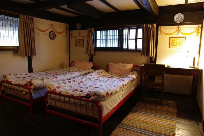 全3室の客室はすべて北欧らしい雑貨とインテリアで飾りつけられていて、まさに北欧そのもの。中でもスウェーデンの画家カール・ラーション氏が実際に過ごした部屋が再現されている「Carl Larsson's rum」は大人気。壁に描かれたリボンの絵がとってもキュートです。