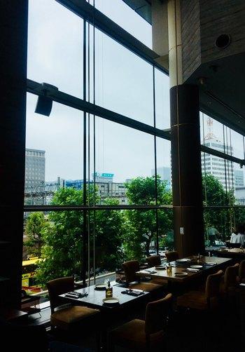 東京駅から徒歩2~3分、東京ビルTOKIAにある「resonance(レゾナンス)」は、天井が高くビルの2階とは思えないほど開放感たっぷりです。
