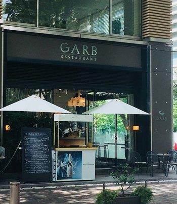 丸の内仲通りにある「GARB Tokyo(ガーブトウキョウ)」は、オールブラックのスタイリッシュな外観が印象的なカフェレストランです。