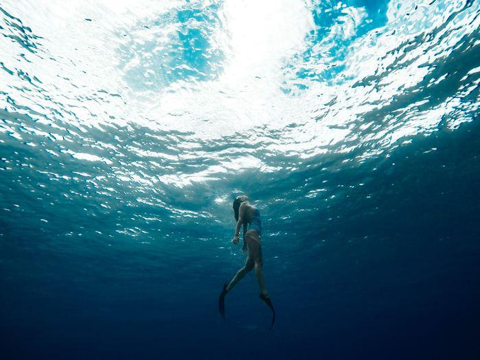 """その後(さらに2億年後!)、地球ではじめての命(生命)が誕生しました。途方もない数字ではありますが、まさに""""はるか昔""""から塩辛い「海」は存在し、やがて生命は血液や体液など""""海水と同じ成分""""を持って海から陸へと上がりました。"""