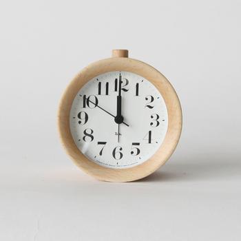 特にキナリノ読者におすすめしたい目覚まし時計がこちら、リキアラームクロックです。温かみのあるシンプルなデザインが特徴で、長年愛着を持って使い続けていきたい可愛らしい見た目の目覚まし時計です。分かりやすい大きな文字も特徴的で、シンプルに使いやすく、あなたの部屋に馴染むはず。朝起きた時にほっこりとした気持ちになれます。