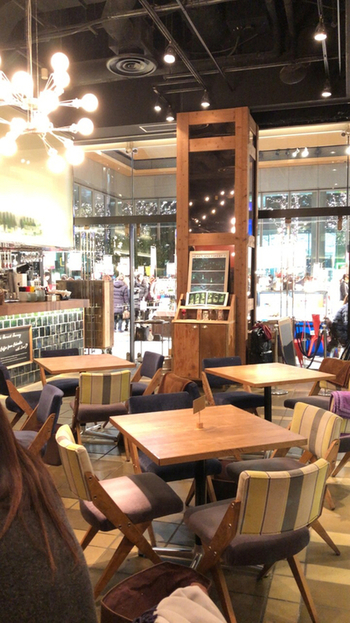 """東京駅から歩いて2~3分、丸ビル1階の「Marunouchi Cafe×WIRED CAFE(マルノウチ カフェ×ワイアードカフェ)」は、""""働く、遊ぶ、学ぶ""""がコンセプトのカフェ。wi-fiや電源、タブレット端末の無料貸出もあり、カフェでお仕事をする方にも人気です。"""