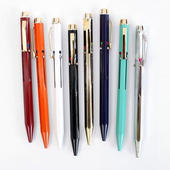 まずは、ボールペン。説明不要の必須アイテムです。よく使うものだからこそ、思わず手に取りたくなるような、自分好みのものを選びたいですね。写真は、イタリア産の4色ボールペン。カラフルだけど派手過ぎない、上品さが魅力です。落ち着いたデザインはオフィスにもぴったりで、使う度に華やかな気持ちになれそうな大人のボールペンです。
