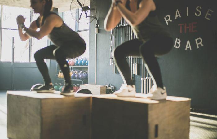 近ごろ人気の、糖質をカットするダイエットも、決め手となるのはタンパク質と筋肉量。置き換えダイエットでも一番気をつけたいことは、食事量を減らすことで筋肉をつくる栄養がいきわたらず、筋肉が減ってしまうことです。できれば、スクワットなど簡単なトレーニングでもいいので筋トレを同時にするのがおすすめ。