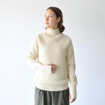 製品の伝統性と品質の高さからデンマークにある博物館において、永久コレクションとして収蔵されるほどクオリティの高い「ANDERSEN-ANDERSEN」のセーター。アウターとして十分活躍するほどの保温性があり、ライトアウターを羽織るだけでも防寒対策はバッチリ。まさに「一生モノ」と呼ぶにふさわしい逸品です。