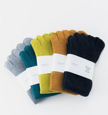 足に触れる内側部分をシルク、外側部分をコットンで編みあげた二層構造の五本指靴下です。シルクを贅沢に使ったパイル編みの程よいクッション性が足に心地よく、汗や老廃物を吸収・放湿してくれます。踵がないフリーサイズなので、上下左右を入れ替えて長く愛用できます。