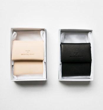 小さく納まりのいいコインケースは、スナップボタン一つで留められるシンプルなデザイン。入れ口はまるでコップのようになっていて、スムーズにコインを入れることができます。角や端のラインまで丁寧に創られ、手馴染みが良く、使い心地抜群です♪