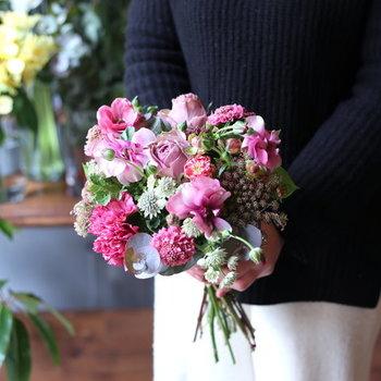 花やグリーンの相性を考えながら、質感や形にバリエーションを持たせたデザインは、普段から花に親しむ方にも、そうでない方にも喜ばれるギフトです。サイズは3種類をご用意しています。
