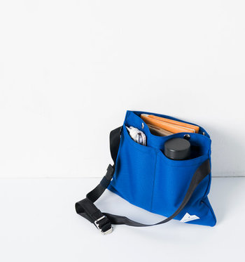 必要最小限の荷物を持ち運ぶことや、荷物の取り出しやすさといった機能性にも重点を置いて開発されたバッグ。手帳やお財布、500mlペットボトルもすっぽり入ります。ショルダーベルトは無段階調整が可能。日常のシーンやスタイリングに合わせた、一番ベストな長さでお使いいただけます。