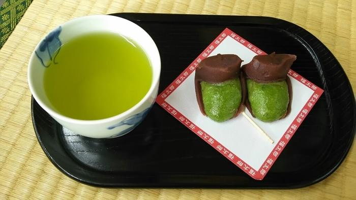 お参りを済ませたら、境内にあるお茶屋さん「福太郎本舗」で、名物の福太郎餅をいただきましょう。リーゼントをした人の顔のような福太郎餅はちょっと食べづらいほどの愛らしさ…写真を撮ってから、「いただきます!」