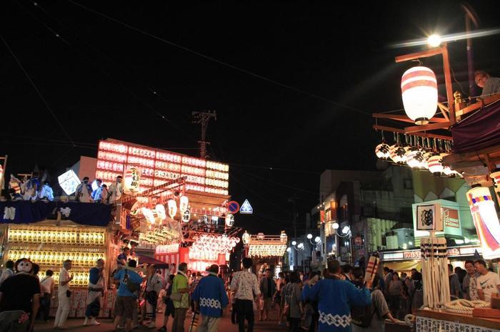 夜になると、三嶋神社前に集まった山車の競り合いが始まります。シャギリの音もいっそう賑やかで、迫力満点! 翌日の「伝統芸能の日」には、三嶋大社に源氏再興を祈願し国を平定した源頼朝の古事にちなんだ「頼朝公旗挙げ行列」で大勢の人が当時の装いで街を練り歩いたり、三嶋大社での神事「梯子のり」「神輿」が行われます。さらに最終日の「踊りの日」には、「みしまサンバ」といった市民総出の豪華なパレードが行われ盛り上がります。三嶋大社では「流鏑馬神事」も行われます。 毎年お祭りの期間には50万人以上が集まるという三島の一大イベント。夏のお祭りの時期にも行ってみたいですね。