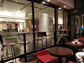短時間の打ち合わせをする場所に迷ったら、オアゾのB1階の「COFFEE MACHINE(コーヒーマシーン)」がおすすめです。中が見渡せるガラス張りの店内なので、待ち合わせにも便利です。