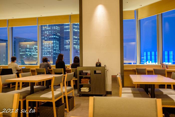 東京駅の八重洲口に直結する大丸東京店の10階にある「茶寮都路里 大丸東京店」は、京都・宇治の抹茶をふんだんに使ったパフェやあんみつなどがいただける人気のカフェ。窓際の席からは銀座の街が一望でき、日が暮れてライトアップされる街並みも素敵です。