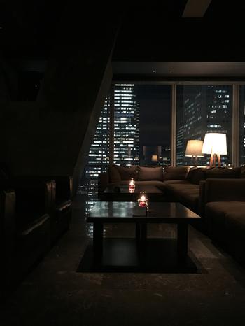 大丸東京店の13階にある「XEX TOKYO / The BAR&Cafe (ゼックストウキョウ ザ・バー&カフェ)」は、美しい夜景を眺めながらお酒を楽しめる、まさに大人のためのくつろぎの空間です。