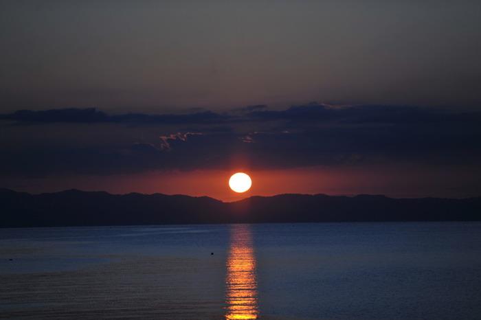 下北半島、津軽半島に囲まれた陸奥湾。その独特な地形と栄養豊富な水質が育む陸奥湾ホタテが絶品です。特筆すべきは湾内に沈む夕日。情感豊かな景色と温泉、そして美味しい海産物...素朴ながらも贅沢な時間を過ごせます。