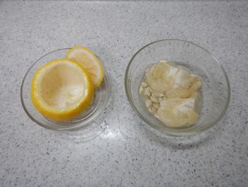 まずは柚子を綺麗に洗って横半分に切り、中身を取り出します。