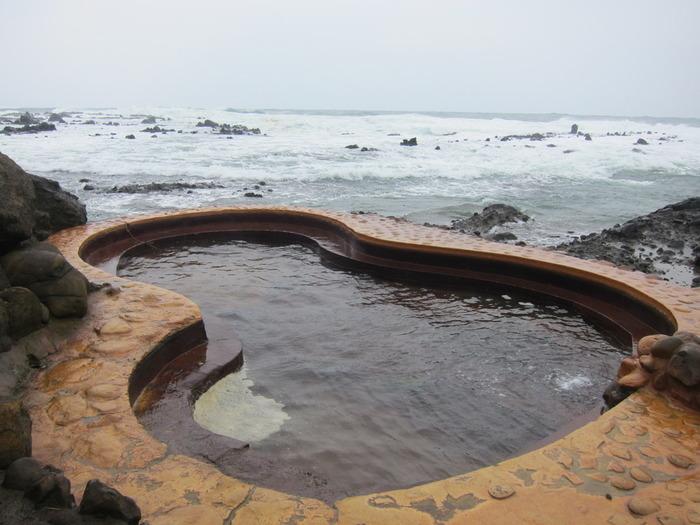 日本海を臨む絶景露天風呂。絵に描いたようなロケーションでの温泉体験が叶う「黄金崎 不老ふ死温泉」。女性専用と混浴、2つの露天風呂がありますが、名物はひょうたん型の混浴。タオルを巻いて入浴が可能なので、思い切ってこちらを体験してみてもいいですね。とにかく絶大な人気を誇る温泉。日帰り入浴は並ぶことも覚悟して訪れましょう。