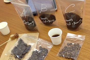 ブレンドコーヒーはいろいろな産地の豆を混ぜて作ったコーヒーで、販売しているお店によってその配合はさまざま。 苦味や酸味がバランスよく配合されており、ストレートよりも飲みやすいものが多いようです。初めて買うコーヒー豆なら、ブレンドコーヒーから試してみるといいですね。