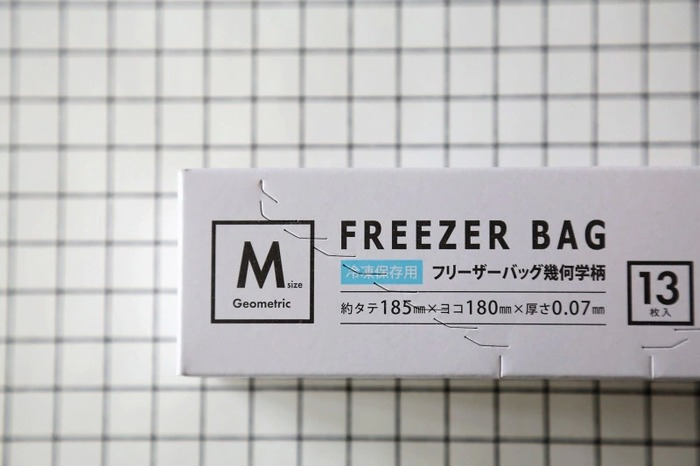 食材の管理から小物の管理まで用途の広いフリーザーバッグ。いろいろ試された方も多いのではないでしょうか。 セリアのフリーザーバッグは、ホワイトやグレーなどシンプルで絵柄も幾何学模様と、大人っぽいデザインで人気。-30度〜70度までOKです。