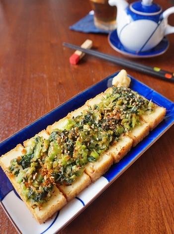 タラの旨味が存分にいかされたタラのキムチ煮のお供には、食べ応えもあり簡単に作れる「小松菜と味噌の厚揚げ焼き」をチョイス。厚揚げは食べ応えがあるのでカロリー調整中の方も遠慮なくいただくことができます。厚揚げの上に乗せている小松菜と味噌を和えたものは茹で豚に絡めたり、ご飯にのせたり他にもアレンジができますね。