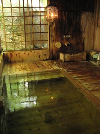 山奥の秘湯を照らすのはやはりランプの灯り。渓流沿いにある混浴露天風呂もすばらしいロケーションです。日々の疲れをゆっくり時間をかけて流しましょう。
