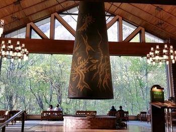 奥入瀬渓流の自然と繋がる「星野リゾート 奥入瀬渓流ホテル」。岡本太郎作の巨大暖炉が中央に配されたラウンジでは、まるで森の中にいるような気分に浸ることができます。 館内の内風呂・露天風呂、そして外風呂と3種類の温泉を楽しむことができるのも贅沢。また、冬季の露天風呂は氷結した滝を目前にできるのだそう。白銀の世界に包まれて、きっと特別な体験ができるでしょう。