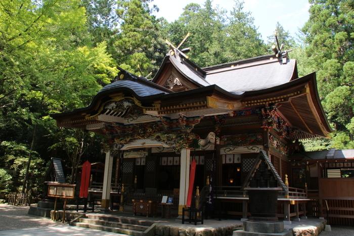 「宝登山神社」は秩父市長瀞町に位置し、心洗われるような周辺の自然と調和しています。火災盗難よけ・諸難よけなどのご利益があるとして、多くの人が訪れています。江戸時代末~明治初頭に修復された現在の社殿は、欄間の繊細な彫刻が見どころです。