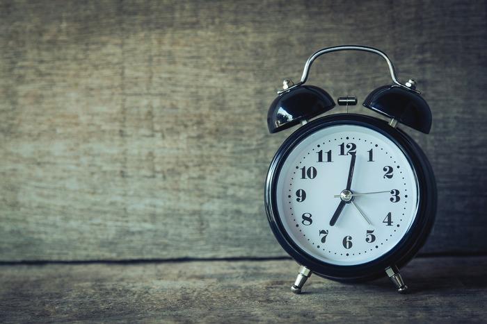 目覚ましが何度も鳴るというスヌーズ機能。何となく安心感がありますよね。しかし、起きてまた寝るという浅い眠りを繰り返すと、もっと寝たくなってしまうという逆効果に繋がるのだそう。 スッキリと起きるためにはスヌーズ機能はNG。決まった時間に起きることを心がけて。