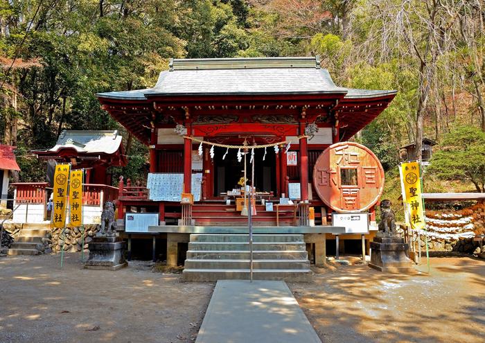 秩父市黒谷に位置する「聖神社」は、日本最初の流通貨幣「和同開珎」に所縁のある神社です。708年、日本で最初の自然銅がこの地で見つかり、これがきっかけで「和同開珎」が鋳造され、聖神社も創建されたと言われています。創建当時に採掘された和銅石が祀られ、「銭神様」とも呼ばれる聖神社は、金運祈願や宝くじ当選のお礼参りに訪れる人が多いそうです。