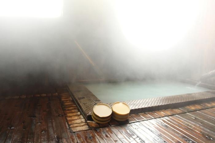 300年以上もの歴史を持つ嶽温泉。長く津軽地方の人々に親しまれ続けるこの温泉は、きつねが湯元を発見したきっかけとなったと伝えられる伝説もユニーク。白濁したとろみのあるお湯が身体を芯から温めます。