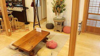 「空&閑」は秩父鉄道・御花畑駅から徒歩約5分の場所にあり、秩父三社参拝の道中に訪れたいカフェです。どこか懐かしさを感じる空間で、リラックスしたひとときを過ごすことができます。