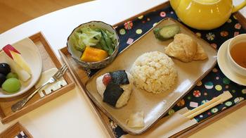 厳選されたお米や野菜を使った、健康的なメニューをいただくことができます。また、日本ではなかなか飲む機会のない「岩茶」と呼ばれる歴史ある中国茶を楽しむのもおすすめです。