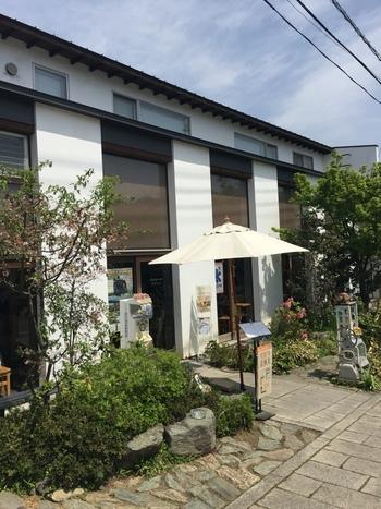 長瀞駅から徒歩約3分の場所にある「阿左美冷蔵」。宝登山神社へ参道途中にあるので、ぜひ立ち寄りたいお店です。一度食べたらやみつきになると言われるかき氷が大人気。