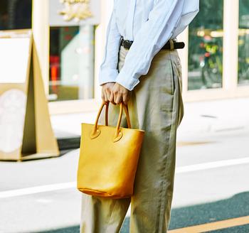 丸底が特徴のバケツ型バッグ。オールレザーのバッグなのに馬革の柔らかい質感と、丸底のコロンとしたデザインのおかげで見た目も重々しく感じずにデイリーからお出かけまで気軽にお使いいただけます。