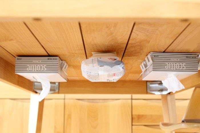この様に、よく使うティッシュやウェットシートなどは机の下に取り付けるという工夫もいいですね。こちらはセリアの「壁ピタ」という便利グッズを活用しているそう。  他には、テーブルの脚2本に突っ張り棒をして、S字フックで必需品を掛けるという手もあります。座った時に手を伸ばせば簡単に取れて機能的ですよ。