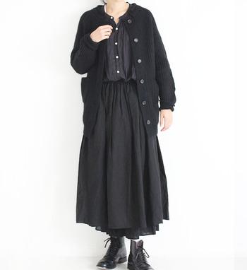 素材感やディテールが違うアイテムを上手に重ねた上級者の重ね着ブラックコーデ。まとまり感があっておしゃれですよね。