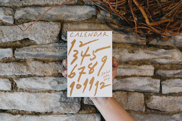 特にキナリノ読者におすすめしたいのがこちら、わざわざの日めくりカレンダー2019です。こちらは、「パンと日用品、心からよいと思うものだけを。」というコンセプトのパンと日用品を販売しているお店から出されているもの。店主さんが考えたひとことと美しい写真があなたの日常を彩ります。また、めくった後でも、壁紙にインテリアとして貼ったり、ポストカードにしてお気に入りのページを大切な人に送るのも素敵です。