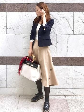 ベージュのフレアスカートに紺のジャケットならお手本のようなビジネスコーデに。アフター5は上着を変えてみても雰囲気が変わって素敵ですね。