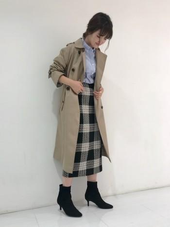 大きめチェックのタイトスカートなら、マンネリしがちなお仕事コーデにもメリハリを与えてくれますね。