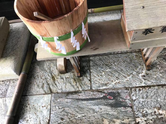 拝殿の左にある石畳には、2012年に突然浮かび上がったという龍の模様があり、とても神秘的。ご利益があるといわれているので、ぜひあわせてお参りしてくださいね。