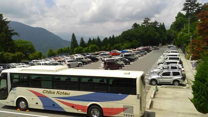 標高約1100mもの高さの三峯山に鎮座する三峯神社。駐車場もあるので車で来る方も多いようです。年始の初詣など、混雑することもあるので参拝には時間に余裕をもってお出かけくださいね。