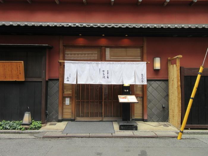 日本橋を代表する老舗店といえば「今半」。創業は明治28年(1895年)で、現在の場所に開業したのは昭和27年(1952年)のこと。数寄屋造りの趣きのある外観に風情を感じますね。