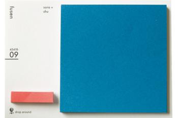 こちらは、大きさが違う2種類の四角形の付箋。鮮やかな色がきれいで、仕事中も目で楽しめます。大きい方はメモやメッセージ、小さい方は書類や資料のマーカーとしても使えて便利。無地なので、スタンプなどでアレンジしやすいのもいいですね。