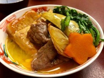 お野菜やお豆腐も絶品。ランチはディナータイムにくらべると、リーズナブルな価格ですき焼きをいただけるのがうれしいですね。