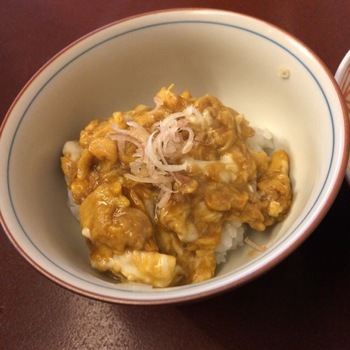 シメは、残ったお出汁を卵でとじてごはんにのせてもらいましょう。上品なたまご丼は感動の一杯です。