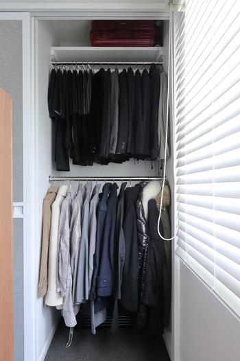 スーツケースは向きを工夫すれば狭いスペースでもスムーズにおさまります。こちらのクローゼットでは、一番上のスペースにひとつ、下段の洋服の後ろにもひとつスーツケースが収納されているんですよ。空間が上手に生かされています♪