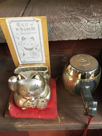 「聖神社」へ参拝される際には、ぜひ宝くじを持ってお参りください。宝くじ大当たり祈願の招き猫には、宝くじを入れるポケットが!こちらに入れて、隣にある打ち出の小槌を振って、当選を祈願するそうです。